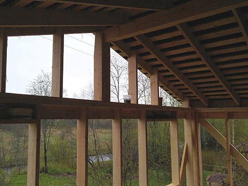 Дом с ломаной крышей и пристройка к нему веранды